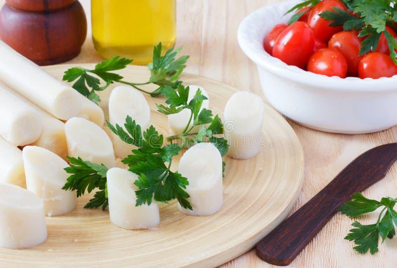 Coeur de paume (palmito) avec la tomate-cerise, l'huile d'olive et le parsle photo libre de droits