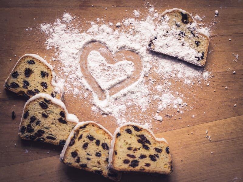 Coeur de poudre de gâteau et de sucre de Stollen photos stock