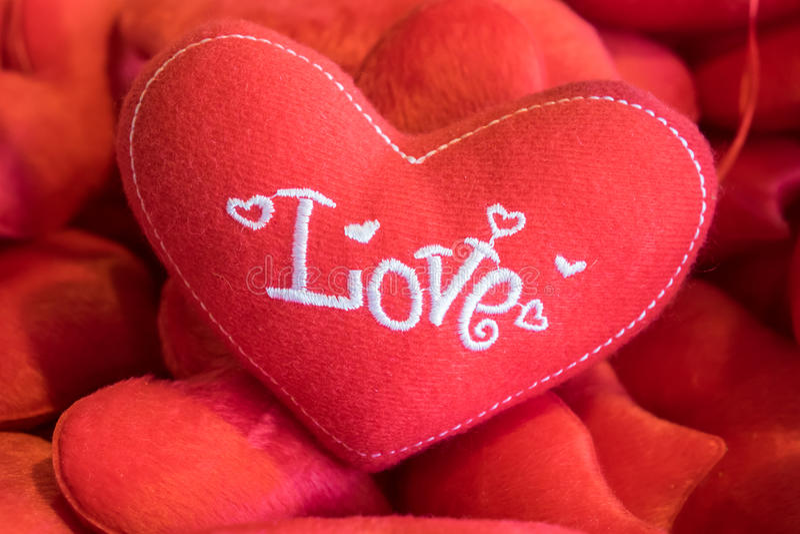 Coeur de rouge d'oreiller photos libres de droits