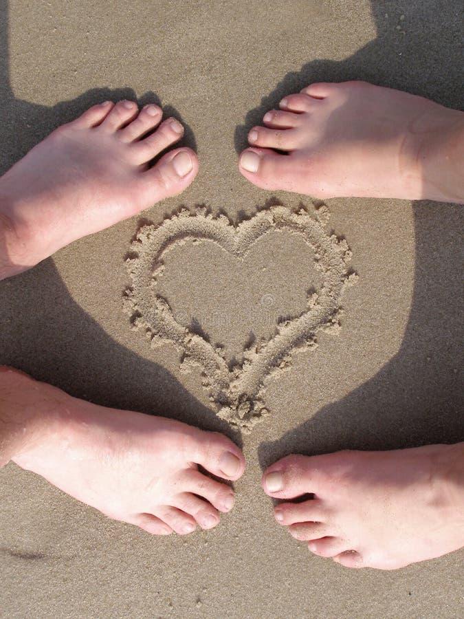 Coeur de sable avec le pied d 39 amoureux photo stock image du r flexions shallow 922942 - Coeur d amoureux ...
