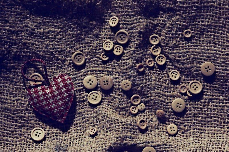 Coeur de Valentine parmi des boutons images stock