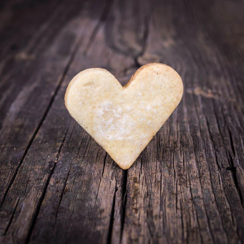 Coeur des biscuits et du fond en bois. photo stock