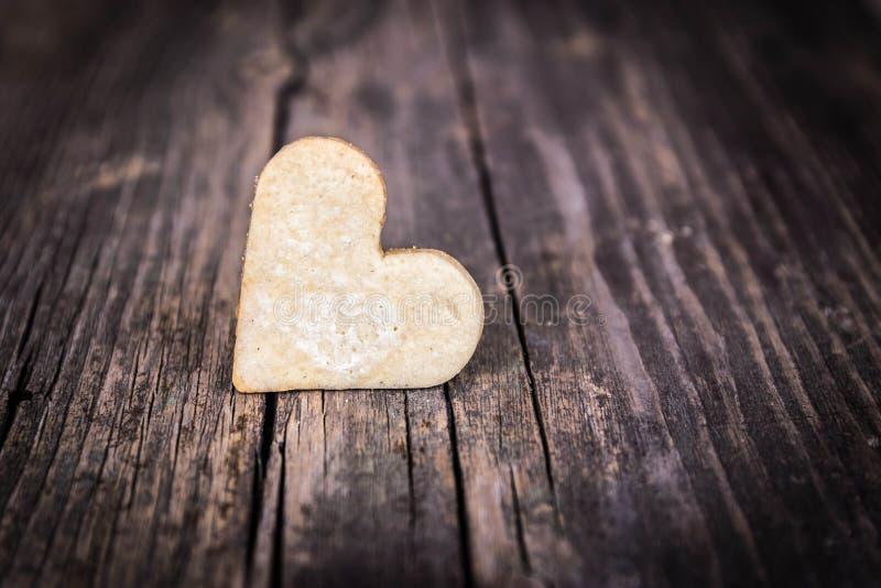 Coeur des biscuits et du fond en bois. photos libres de droits