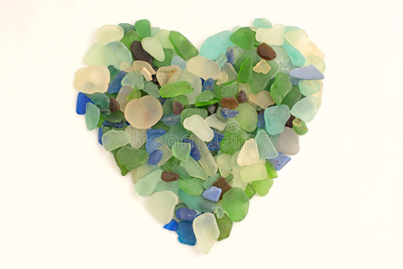 Coeur des cailloux colorés sur un fond blanc photo stock
