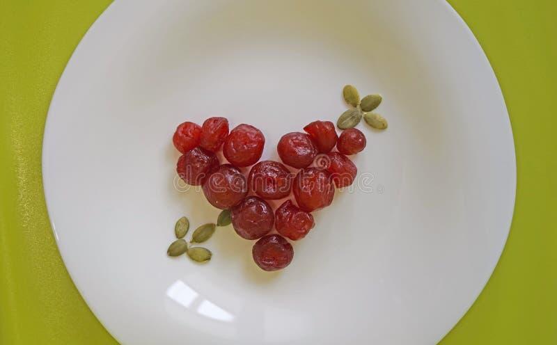 Coeur des cerises sèches image stock