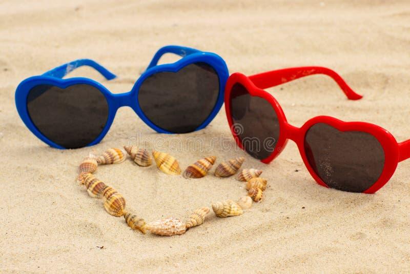 Download Coeur Des Coquilles Et Des Lunettes De Soleil Sur Le Sable à La Plage Photo stock - Image du sunglasses, ensoleillé: 87706256