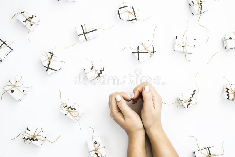 Coeur des mains à côté de petits cadeaux minimalisme photo stock