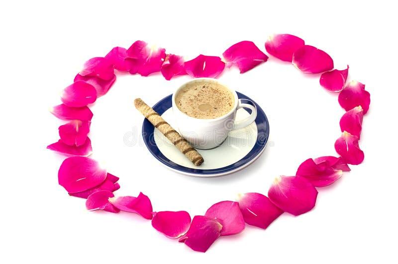 Coeur des pétales des roses, à l'intérieur d'une tasse de café image libre de droits