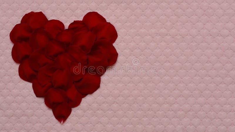Coeur des pétales roses rouges photographie stock libre de droits