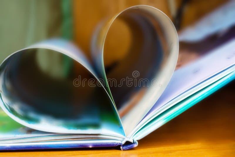 Coeur des pages de livre à l'arrière-plan brouillé, fokus doux photo stock