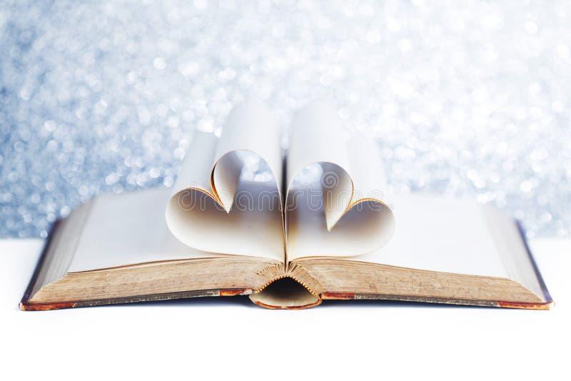 Coeur des pages de livre images stock