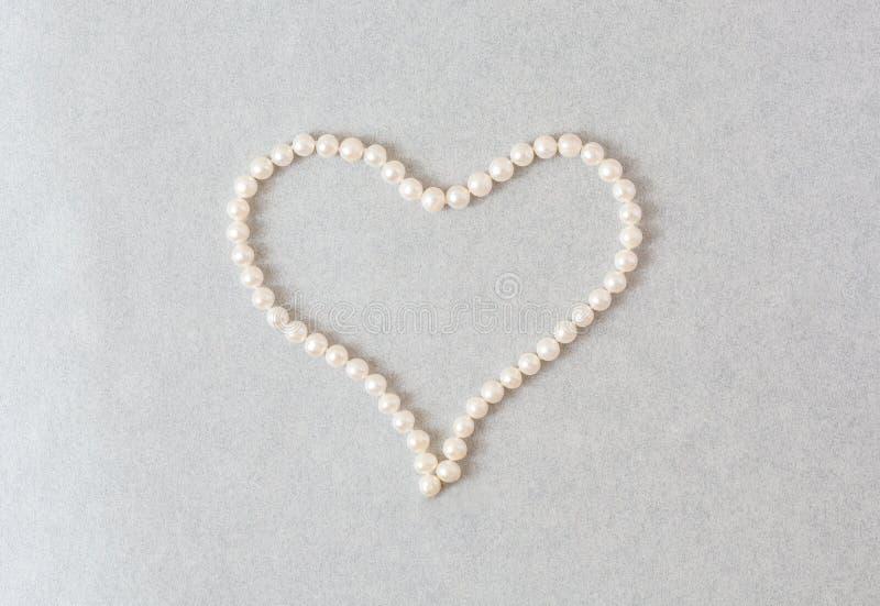 Coeur des perles sur un fond clair de perle photos libres de droits