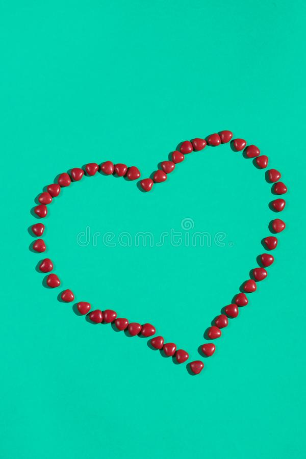 Coeur des pilules sur le fond bleu image libre de droits