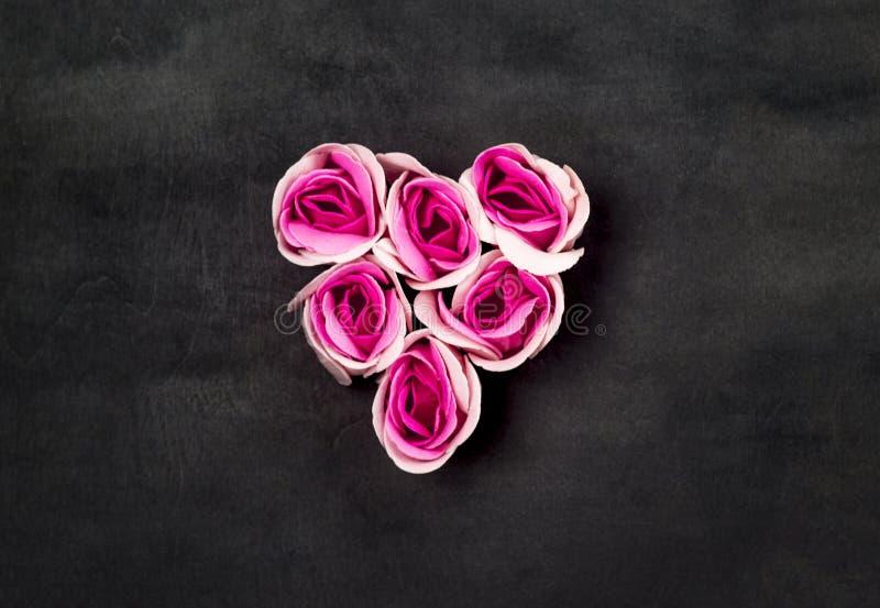 Coeur des roses roses sur le backgraund noir image libre de droits