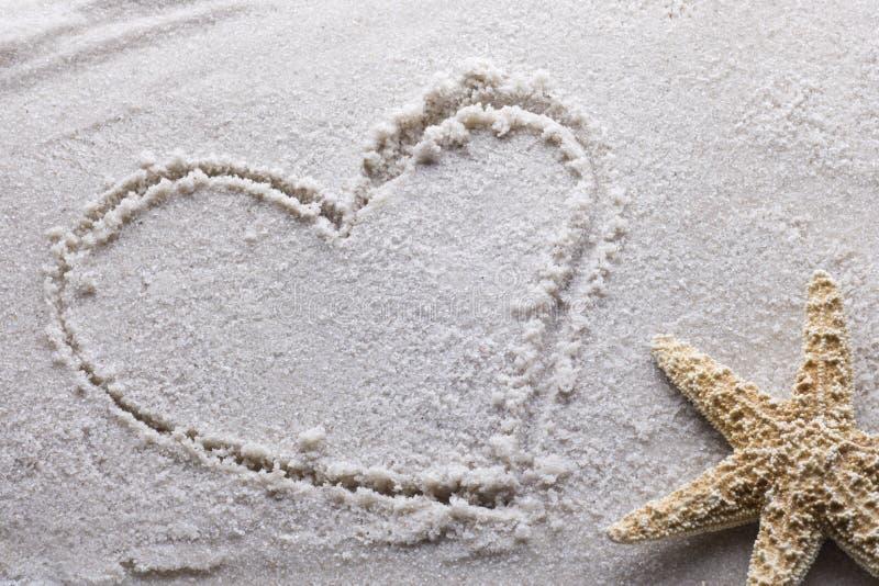 Coeur dessiné en sable images stock