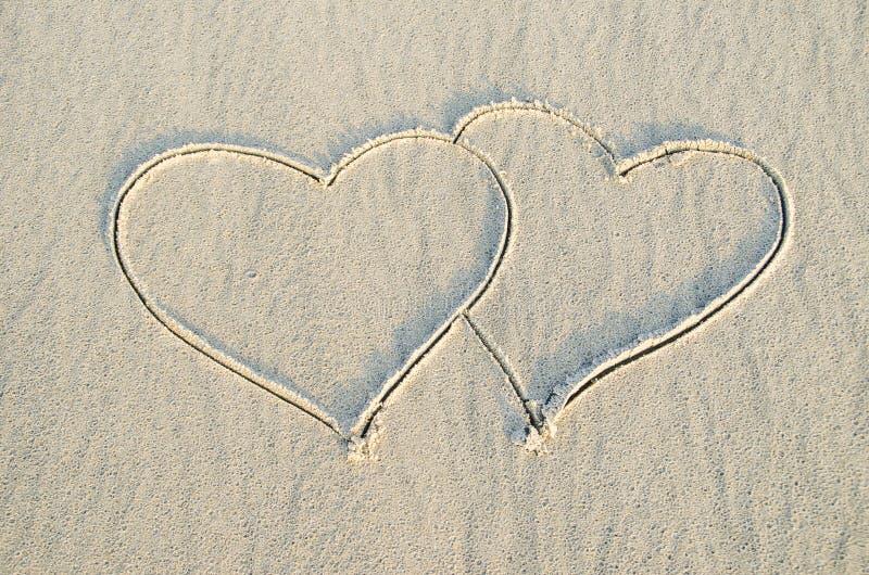 Coeur dessiné sur le sable photos stock