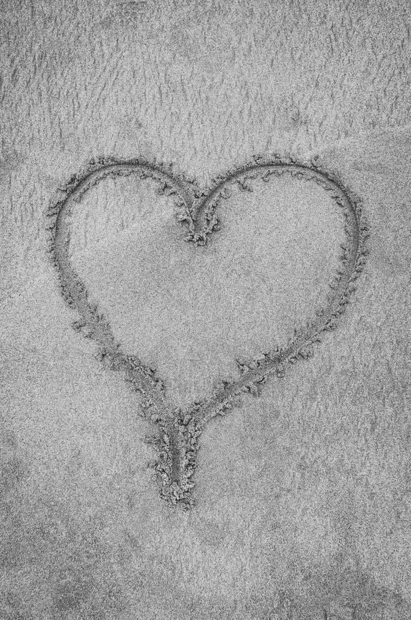 Coeur dessiné sur le sable de plage images stock