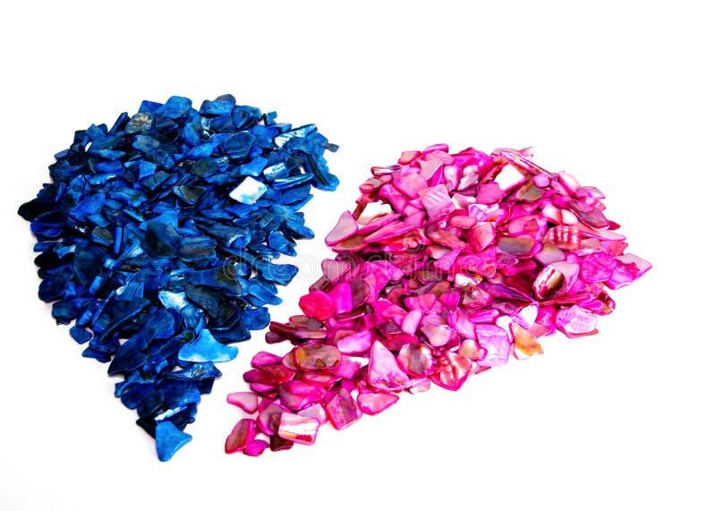 Coeur divisé des roches roses et bleues venant ensemble pour un ajustement parfait Dépression, tristesse, problèmes de relations, photographie stock libre de droits