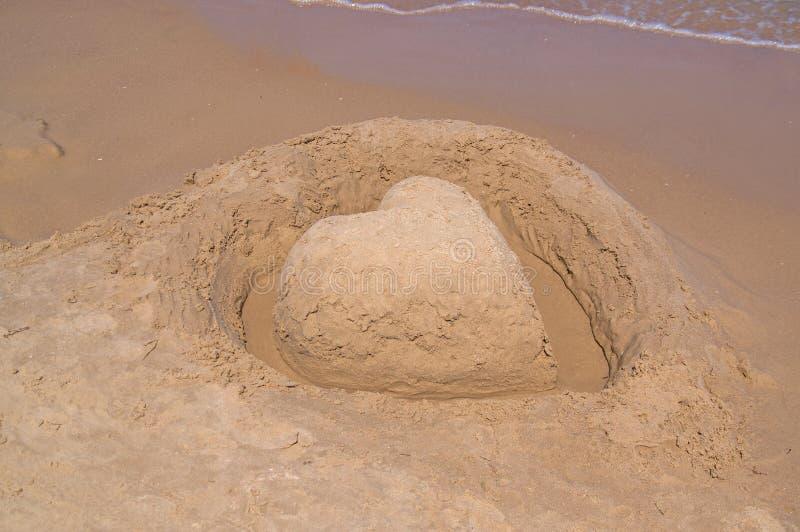 Coeur du sable sur la plage photo libre de droits