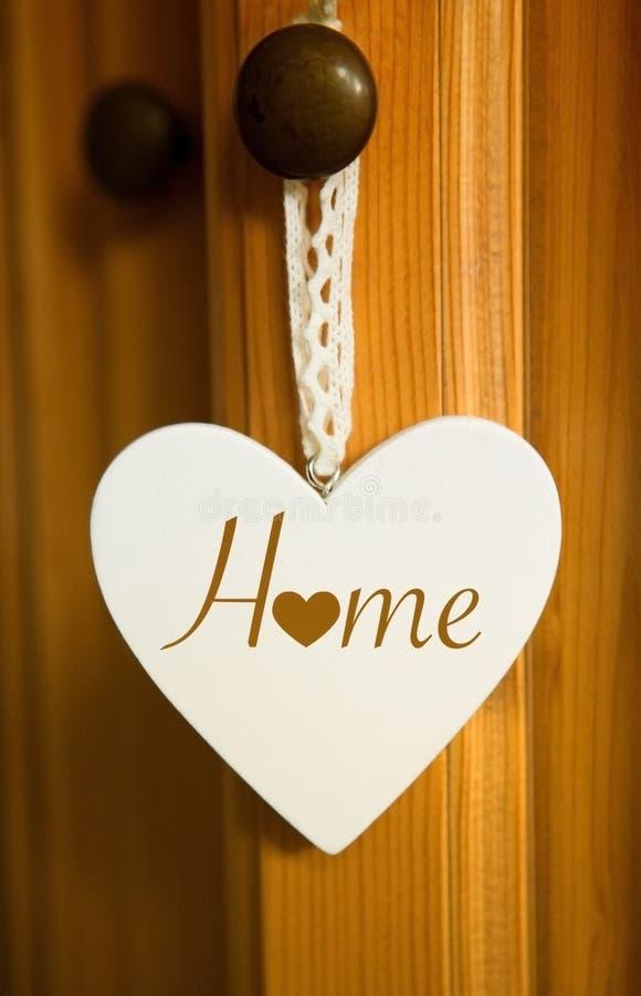 Coeur en bois blanc avec la maison de mot image stock