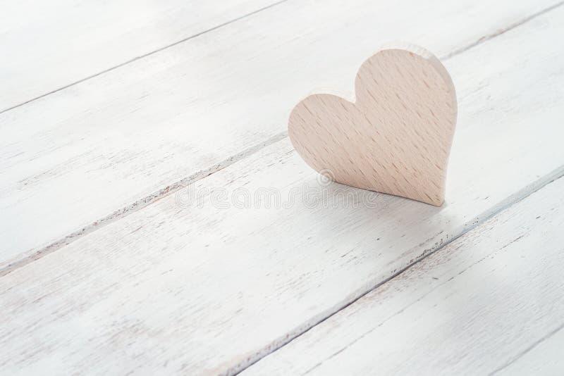 Coeur en bois dans la lumière de matin image libre de droits