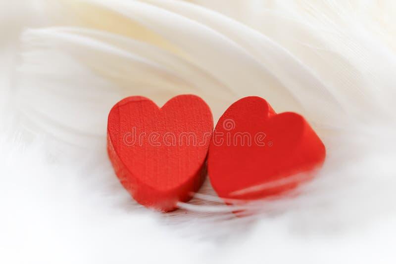 Coeur en bois rouge avec le fond blanc images stock