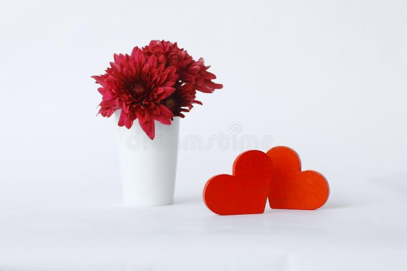 Coeur en bois rouge sur les conseils en bois blancs, photographie stock libre de droits