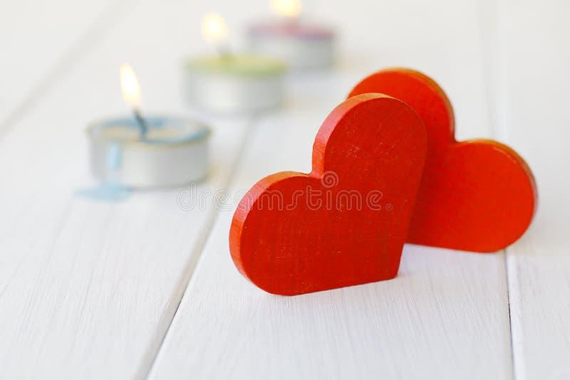 Coeur en bois rouge sur les conseils en bois blancs, photos libres de droits