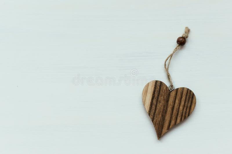 Coeur en bois sur le fond blanc avec de la ficelle photographie stock libre de droits
