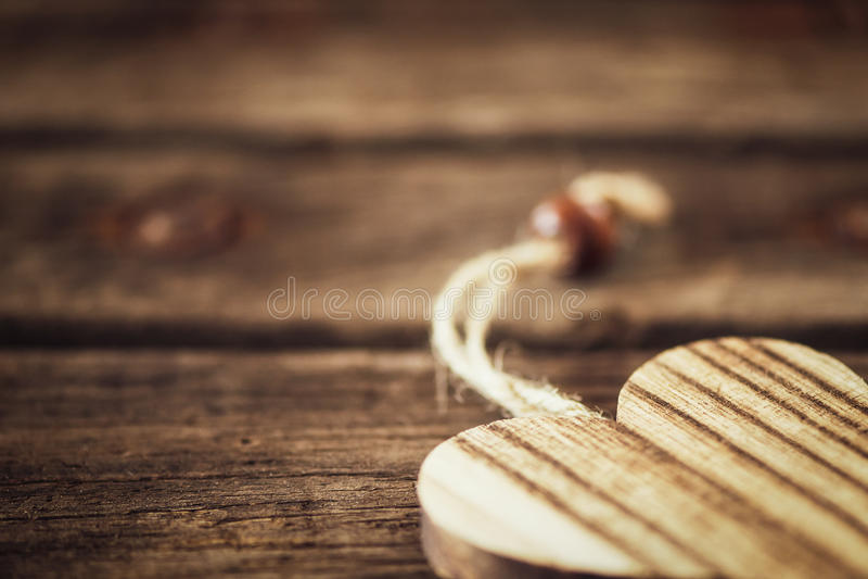 Coeur en bois sur le fond naturel dans le coin image libre de droits