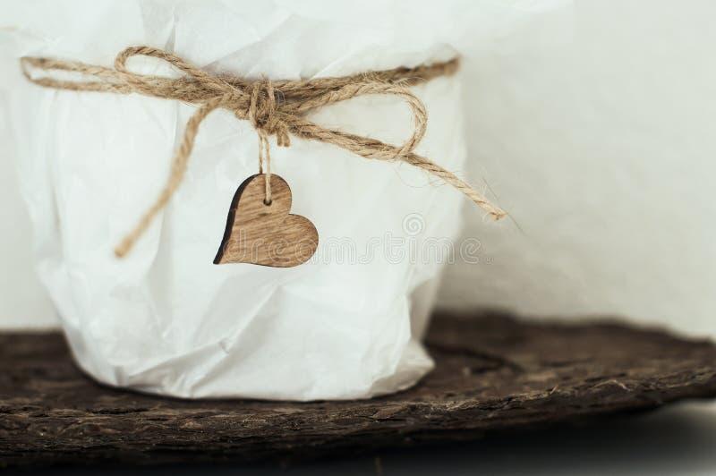 Coeur en bois sur le sac blanc avec de la ficelle images stock