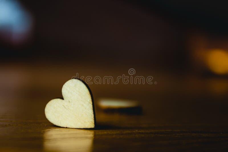 Coeur en bois sur un fond brun Concept de jour du ` s de Valentine Amour de deux personnes photos stock
