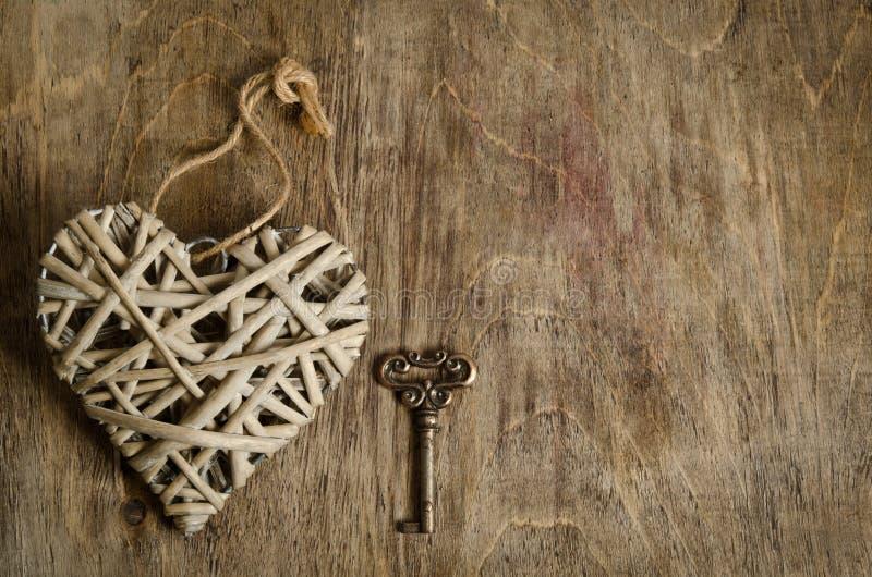 Coeur en osier fait main avec la clé photographie stock libre de droits