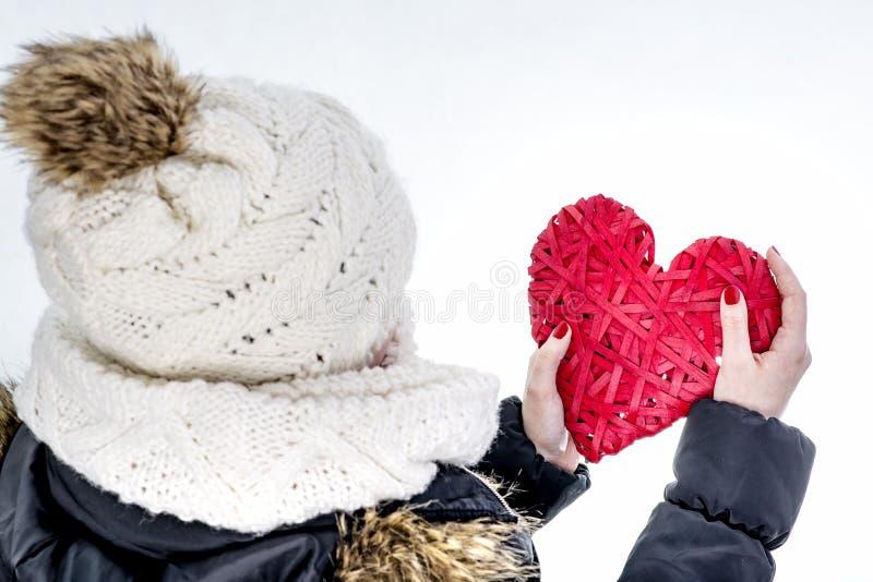 Coeur en osier rouge de prise de femme photos stock