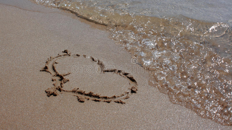 Coeur en sable photos stock