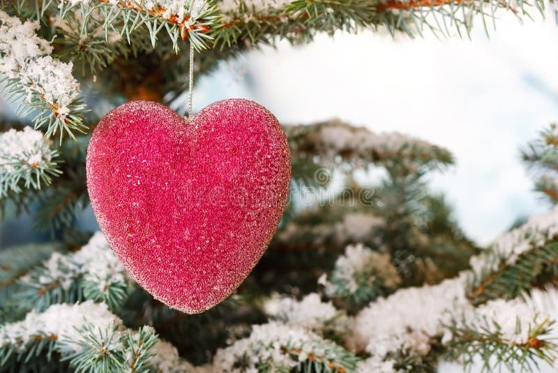 Coeur en verre rouge de Noël images stock