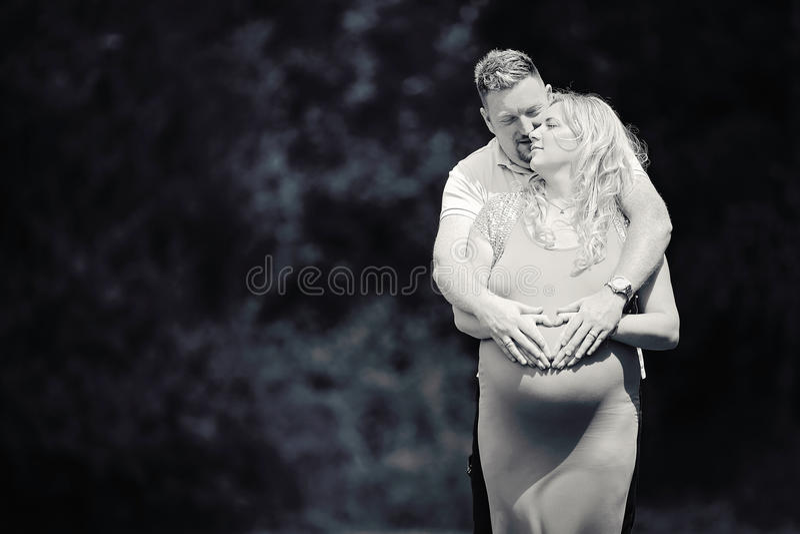Coeur enceinte de maternité de couples photos stock