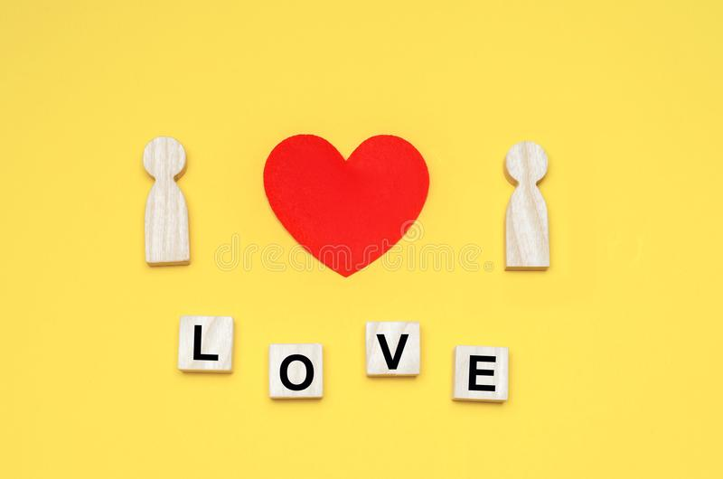 Coeur entre les personnes, le concept de l'amour, un jeune couple dans l'amour, une recherche de la deuxième moitié, une histoire image stock