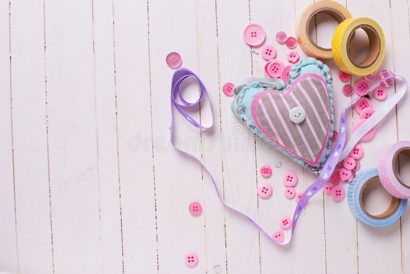 Coeur et éléments scrapbooking sur le fond en bois photo libre de droits