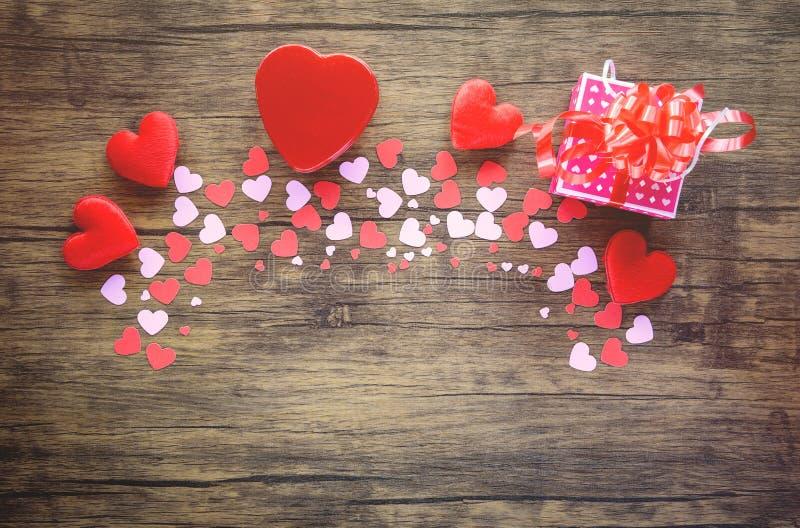 Coeur et boîte-cadeau de papier sur de diverses tailles en bois rose et jour de valentines rouge de coeur pour le bois classique  image stock