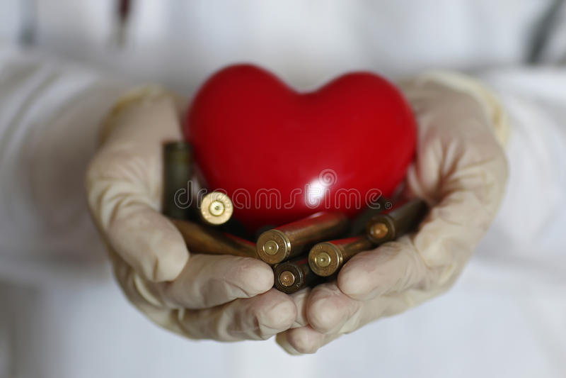 Coeur et douille dans la main de docteur photos stock
