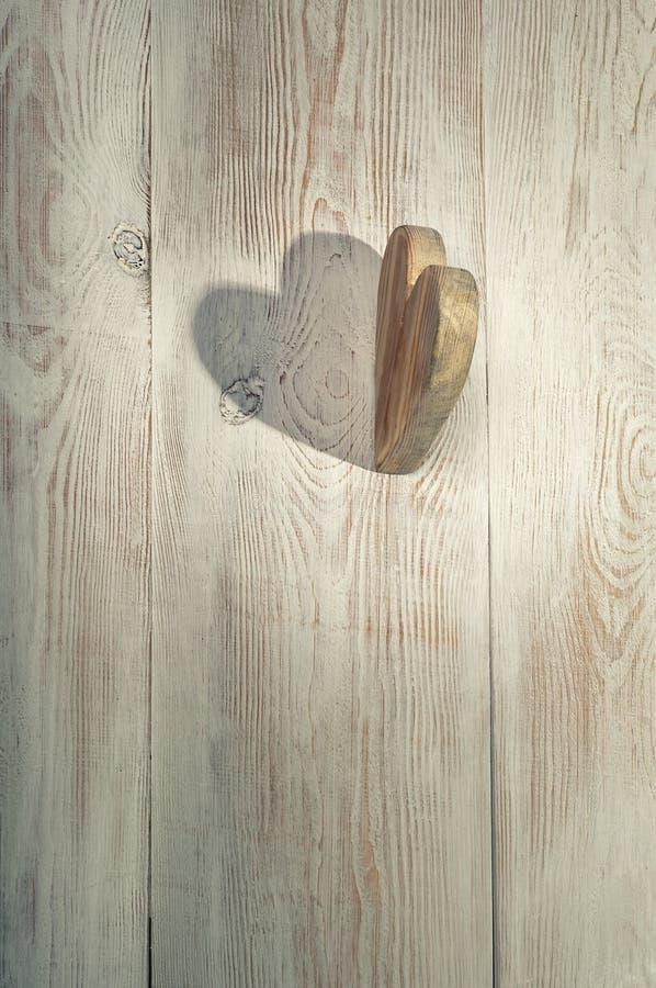 Coeur et ombre en bois Fond de jour du ` s de Valentine Tabl en bois photo stock