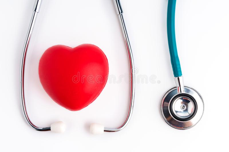 Coeur et stéthoscope rouge pour le docteur et contrôle soignant médical de personnes vers le haut de la guérison des patients dan image stock