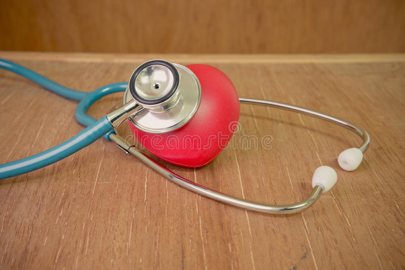 Coeur et stéthoscope rouges sur le fond en bois photo libre de droits