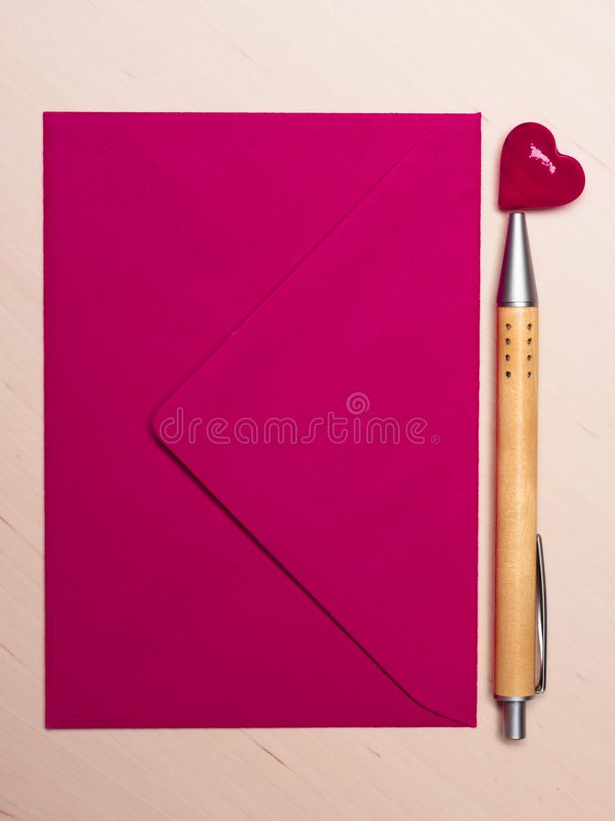 Coeur et stylo roses d'enveloppe sur la table photos libres de droits