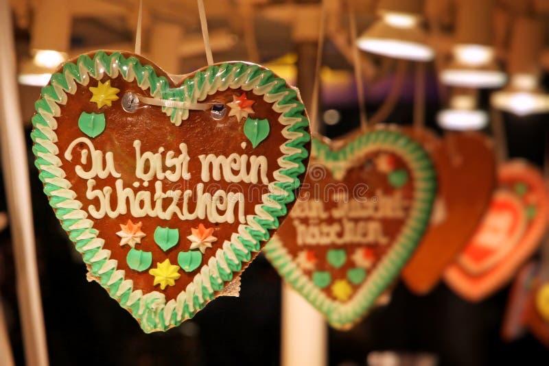 Coeur fabriqué à la main allemand traditionnel de pain d'épice photo stock