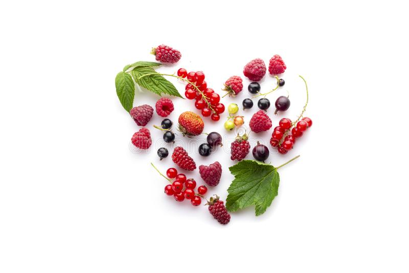 Coeur fait de différentes baies fraîches Symbole de l'amour pour le concept cru sain de nourriture de vegan images stock
