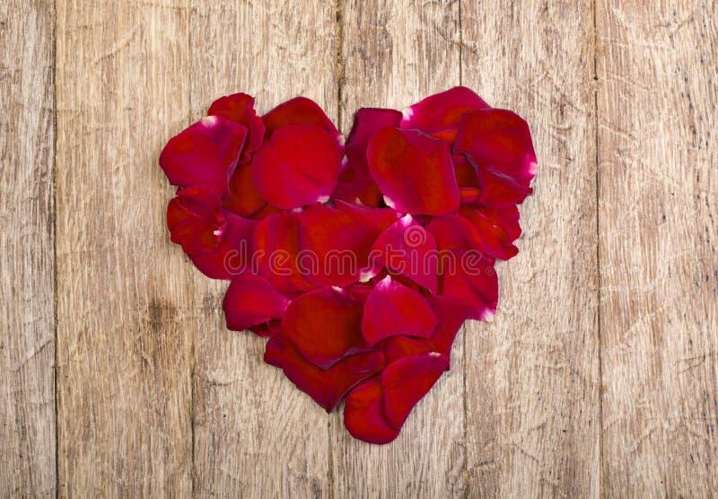 Coeur fait de pétales rouges photographie stock