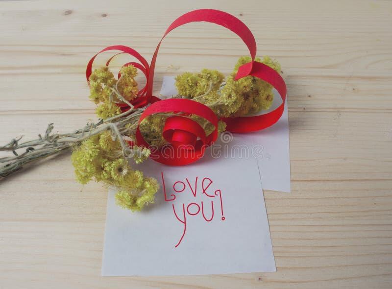 Coeur fait de papier, fleurs jaunes photographie stock libre de droits