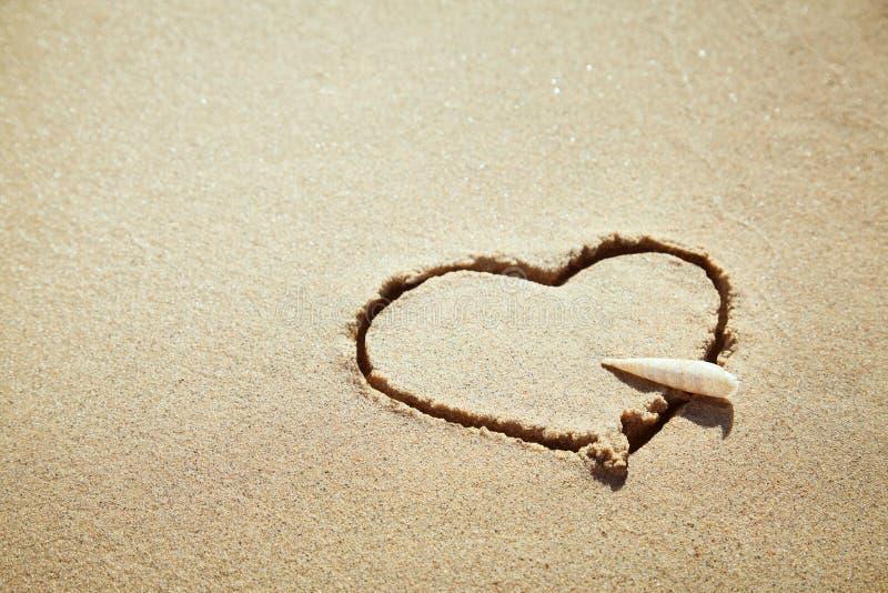 Coeur fait de sable sur la plage Concept d'amour images libres de droits